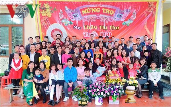 Las personas mayores protagonizan la preservación de la tradición familiar en Vietnam - ảnh 2