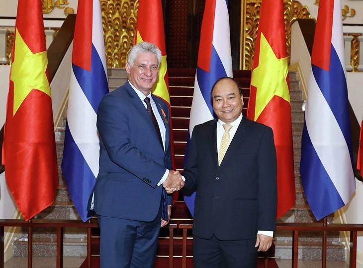 Jefe de Ejecutivo de Vietnam ofrece recepción al presidente cubano - ảnh 1