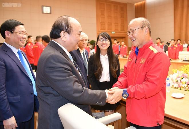 Primer ministro de Vietnam se encuentra con selección nacional de fútbol - ảnh 1