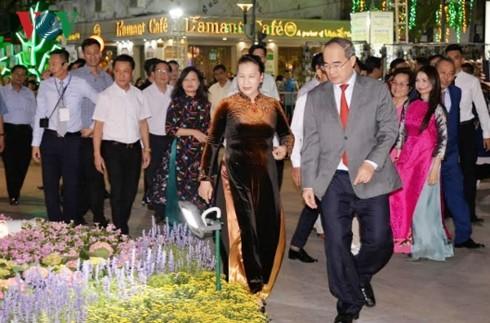 Blumenstraße Nguyen Hue in Ho Chi Minh Stadt zum Neujahrsfest Tet - ảnh 1