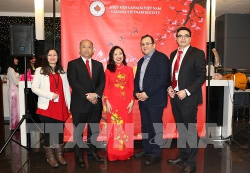 Coterráneos vietnamitas en Canadá y República Checa celebran el Tet 2019  - ảnh 1