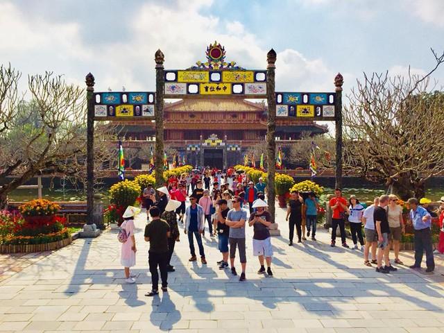 Localidades centrales de Vietnam reciben a visitantes en primer día del Tet 2019  - ảnh 1