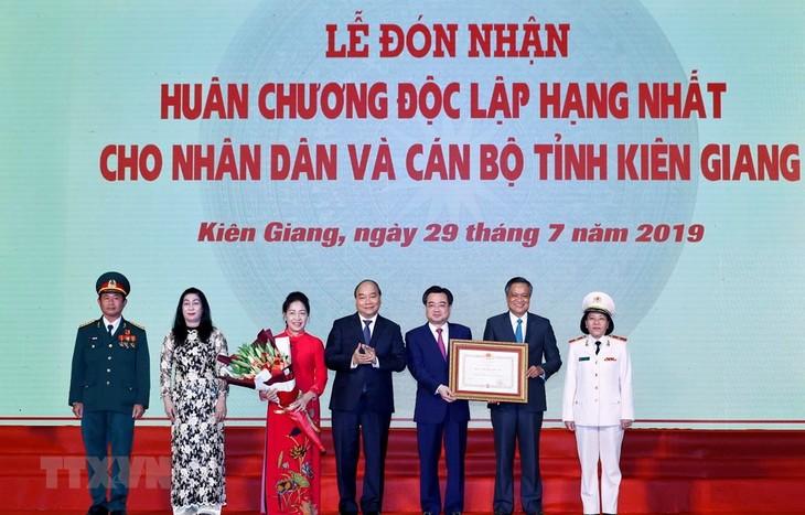 Premier vietnamita alaba aportes de compatriotas de Kien Giang al desarrollo provincial - ảnh 1