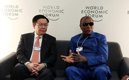 El vice primer ministro Vuong Dinh Hue concluye su agenda en Davos - ảnh 1