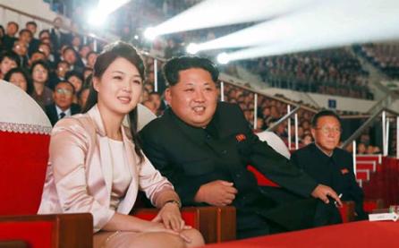 Líder norcoreano asiste a una función de artistas surcoreanos en Pyongyang  - ảnh 1