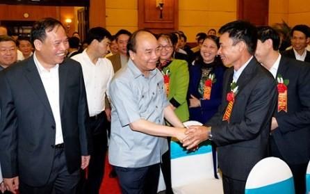 Primer ministro de Vietnam dialoga con agricultores  - ảnh 1
