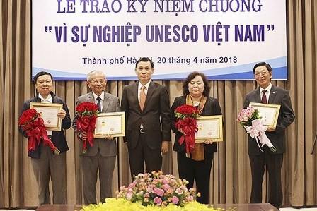 Honran a 20 contribuyentes destacados de la UNESCO Vietnam - ảnh 1