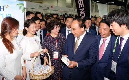Premier vietnamita visita el pabellón nacional en la Feria de Alimentos y Hoteles en Singapur - ảnh 1