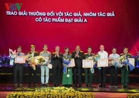 Entregan los premios literarios y periodísticos sobre el ejemplo moral del presidente Ho Chi Minh - ảnh 1