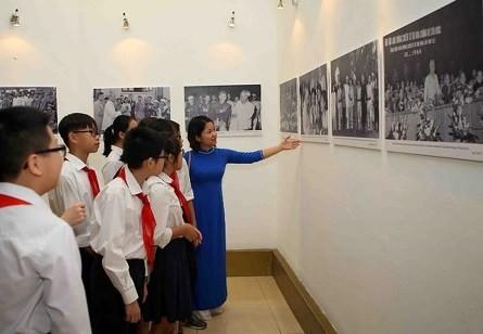 Exposición de fotos marca el movimiento de emulación del patriotismo - ảnh 1