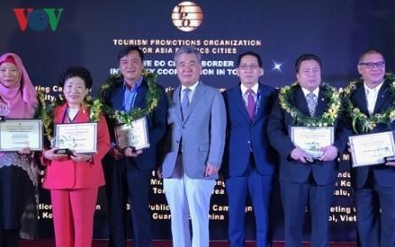 Ciudades vietnamitas honradas en el marco del Foro de la TPO - ảnh 1
