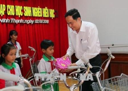 Frente de la Patria presenta becas a estudiantes pobres en Can Tho - ảnh 1