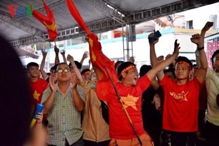 Hinchas vietnamitas orgullosos del equipo olímpico de fútbol del país - ảnh 1
