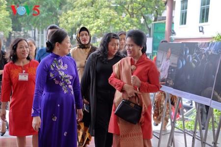 Esposa del presidente indonesio se impresiona con el Museo de la Mujer de Vietnam  - ảnh 1