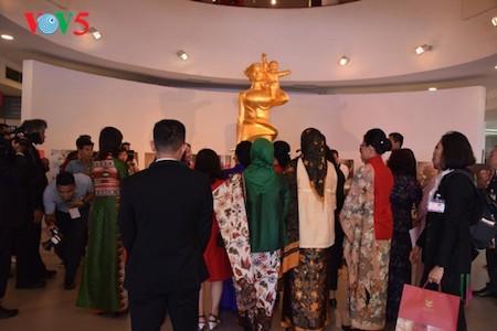 Esposa del presidente indonesio se impresiona con el Museo de la Mujer de Vietnam  - ảnh 2