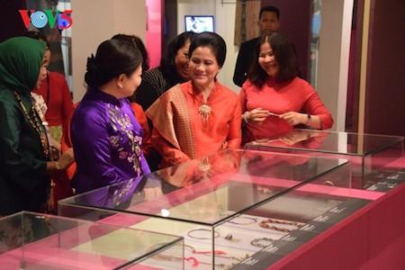 Esposa del presidente indonesio se impresiona con el Museo de la Mujer de Vietnam  - ảnh 3