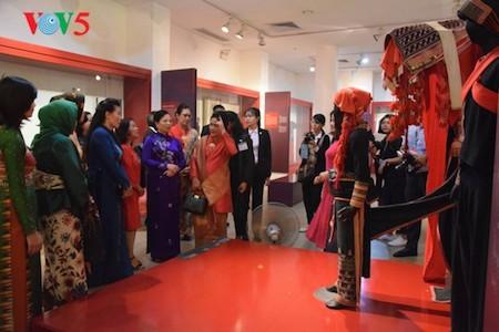Esposa del presidente indonesio se impresiona con el Museo de la Mujer de Vietnam  - ảnh 5