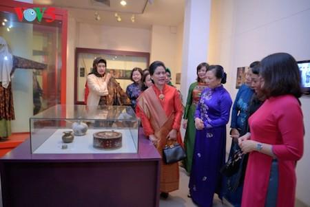 Esposa del presidente indonesio se impresiona con el Museo de la Mujer de Vietnam  - ảnh 6