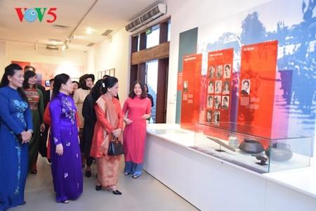 Esposa del presidente indonesio se impresiona con el Museo de la Mujer de Vietnam  - ảnh 7