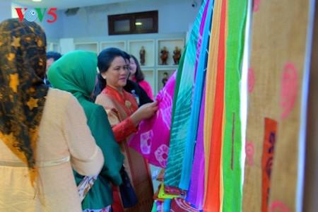 Esposa del presidente indonesio se impresiona con el Museo de la Mujer de Vietnam  - ảnh 8