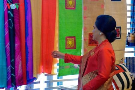 Esposa del presidente indonesio se impresiona con el Museo de la Mujer de Vietnam  - ảnh 9