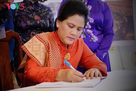 Esposa del presidente indonesio se impresiona con el Museo de la Mujer de Vietnam  - ảnh 10