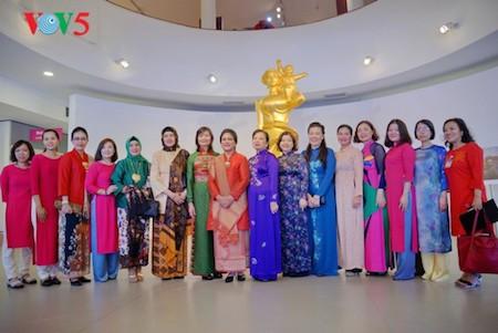 Esposa del presidente indonesio se impresiona con el Museo de la Mujer de Vietnam  - ảnh 11