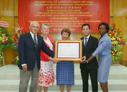 Vietnam otorga la Orden de Amistad a la Fundación East Meets West - ảnh 1