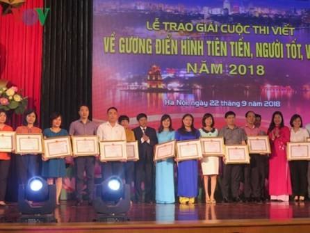 Otorgan premios a las obras sobre buenos ejemplos en la sociedad  - ảnh 1