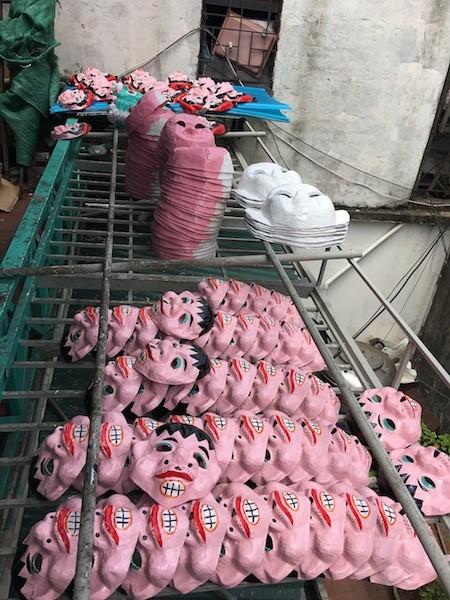 Única familia fabricante de máscaras de cartulina tradicionales en Hanói - ảnh 10