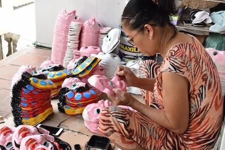 Única familia fabricante de máscaras de cartulina tradicionales en Hanói - ảnh 15