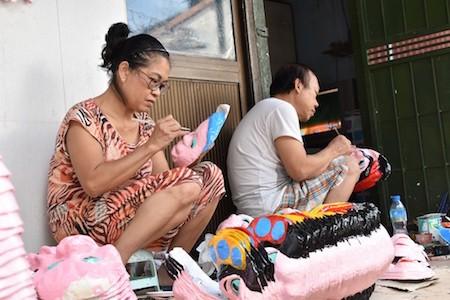 Única familia fabricante de máscaras de cartulina tradicionales en Hanói - ảnh 1