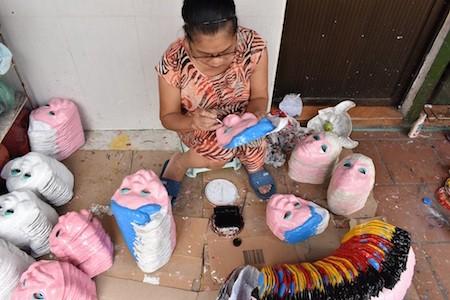 Única familia fabricante de máscaras de cartulina tradicionales en Hanói - ảnh 2