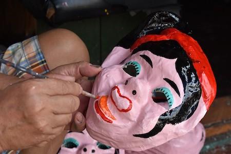 Única familia fabricante de máscaras de cartulina tradicionales en Hanói - ảnh 4