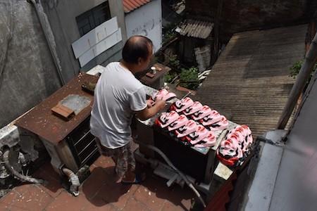Única familia fabricante de máscaras de cartulina tradicionales en Hanói - ảnh 7
