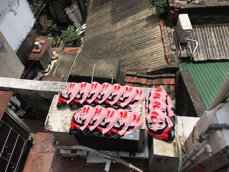 Única familia fabricante de máscaras de cartulina tradicionales en Hanói - ảnh 9