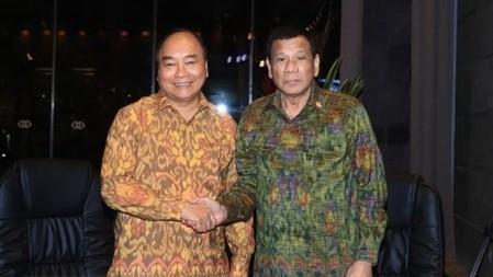Premier vietnamita se reúne con presidente filipino en Indonesia  - ảnh 1