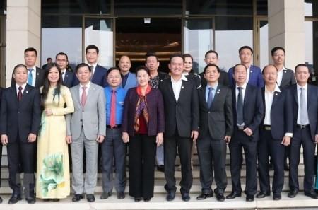 Presidenta de Parlamento de Vietnam se reúne con jóvenes empresarios - ảnh 1