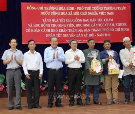 Vicepremier de Vietnam visista comunidad de las etnias de Cham y Jemer en Ciudad Ho Chi Minh - ảnh 1