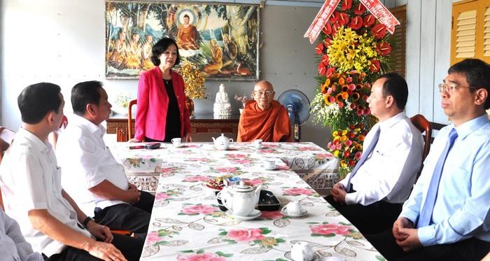 Alta funcionaria del Partido visita a budistas en localidad sureña - ảnh 1