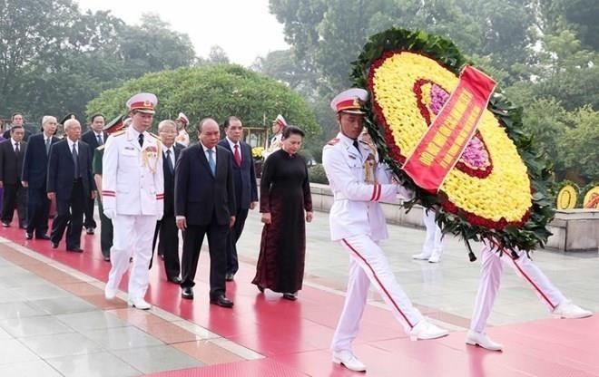 Líderes vietnamitas rinden homenaje a héroes y mártires de la Patria - ảnh 1