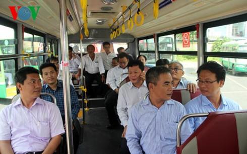 公交车——首都居民的亲密旅伴 - ảnh 2