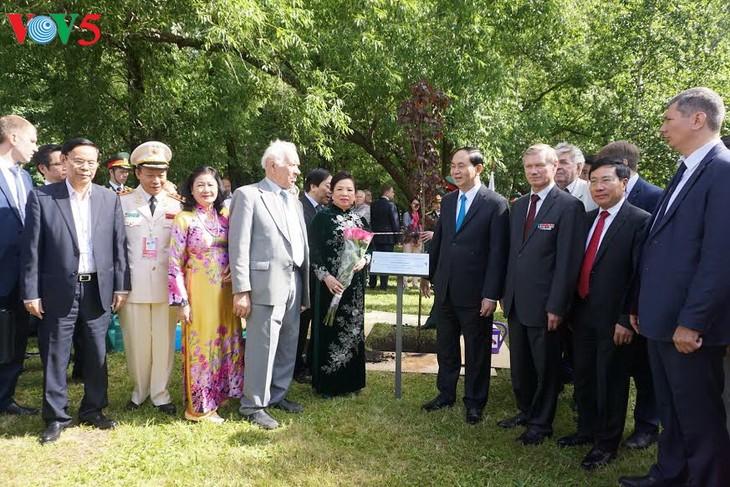 陈大光在莫斯科向胡志明主席像敬献花圈 - ảnh 1