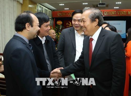 越南政府常务副总理张和平向河内五官科医院医生致以节日祝贺 - ảnh 1
