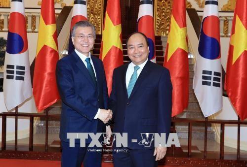 阮春福会见韩国总统文在寅 - ảnh 1