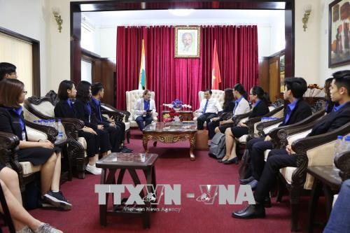 与参加2018年东盟-印度大学生互换活动的越南青年代表团举行见面会 - ảnh 1