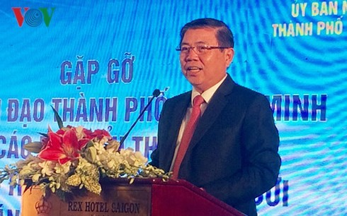 胡志明市领导人会见100多名越侨知识人士 - ảnh 1