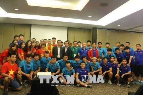 越南驻印度尼西亚大使馆勉励越南国奥队奋勇拼搏 - ảnh 1