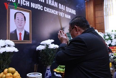 各国、各政党领导人及旅外越南人协会和组织悼念陈大光主席 - ảnh 1