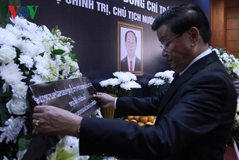 越南常驻联合国代表团和驻外代表机构设置吊唁簿并举行陈大光主席吊唁仪式 - ảnh 1